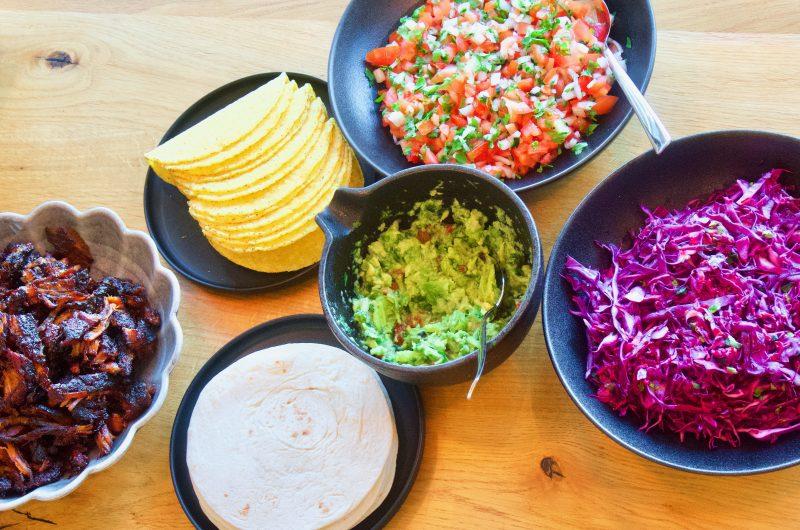 Carnitas med mexikansk spetskålsallad, guacamole och pico de gallo