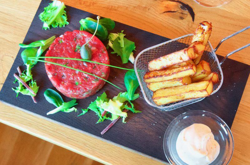 Steak tartare med trippel-pommes och srirachamajonnäs