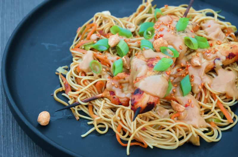 Thai chicken satay-spett med jordnötssås och nudelsallad