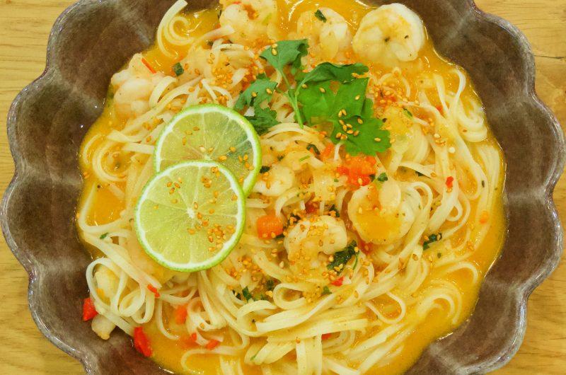 Thaisoppa med räkor, risnudlar och kokosmjölk