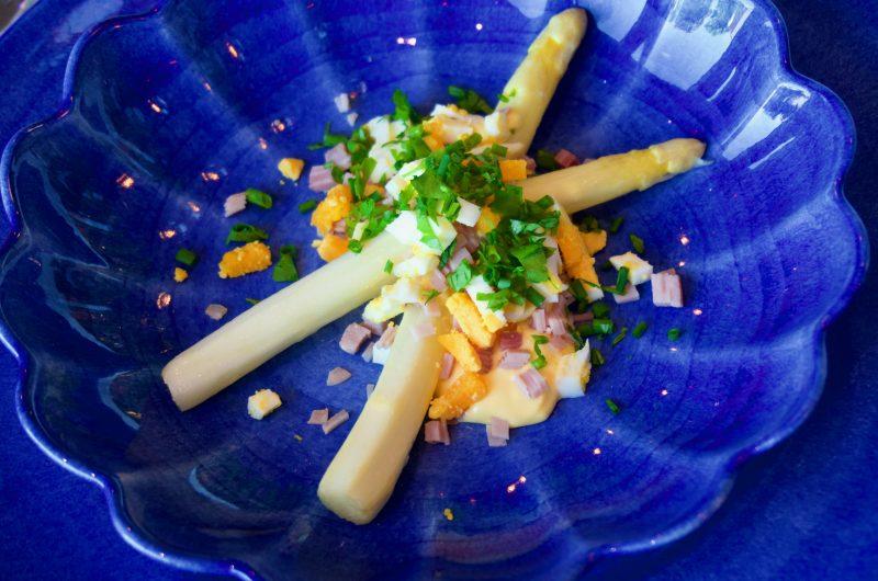 Vit sparris med hollandaisesås, ägg, kokt skinka och örter