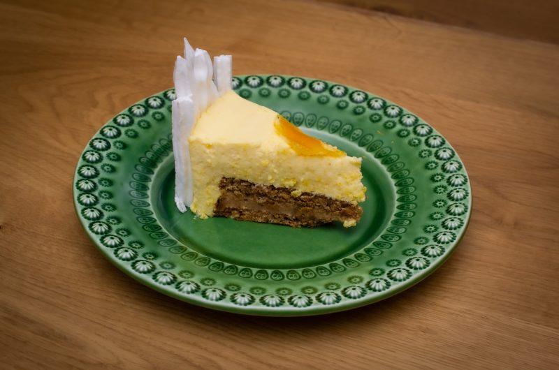 Nötmaräng- och saltkolatårta med mango- och passionsfruktsmousse