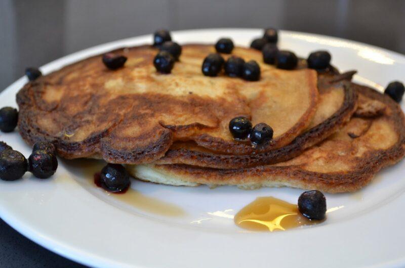 Amerikanska pannkakor med blåbär och lönnsirap